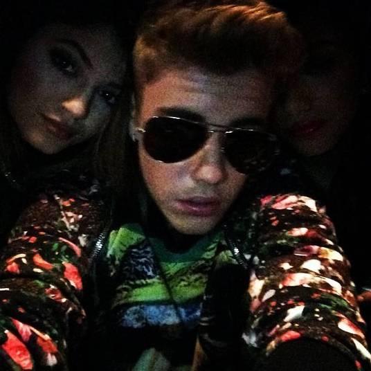 Justin Bieber também foi alvo de várias especulações. A mais recente é que ele teria ficado com Kylie Jenner, irmã das socialites Kardashian. O problema é que Kylie era muito amiga de Selena Gomez, ex do cantor. Boatos também deram conta de que Selena pegou mensagens íntimas de Kylie no celular de Bieber e cortou relações com a amiga