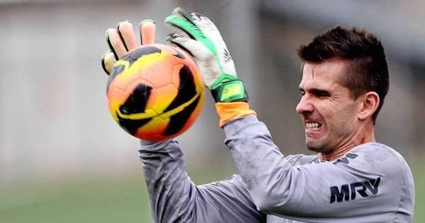 Recuperado de cirurgia, Victor volta a treinar com bola no Atlético- MG