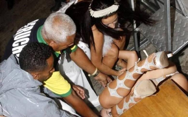 O tombo dos tombos vai para a apresentadora Lola Melnick! Em 2012, durante um evento de Carnaval em São Paulo, a loira não se deu conta do tamanho do palco e acabou se esborrachando no chão