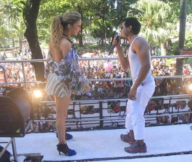 Claudia Leitte encerrou seu Carnaval de 2012 com um contratempo. Pouco depois de subir ao trio no circuito Campo Grande, a cantora levou um tombão