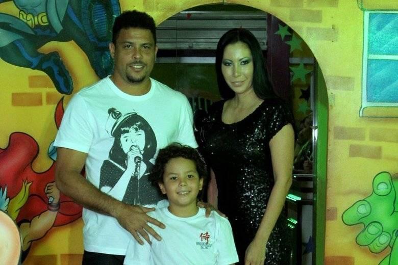 RonaldoEm 2010, Ronaldo assumiu publicamente a paternidade de Alex. Na época, o menino tinha cinco anos. O garoto é fruto do relacionamento do ex-craque com a esteticista Michele Umezu. Quando a polêmica teve início, Ronaldo estava casado com Bia Antony e já era pai das meninas, Maria Sofia e Maria Alice. Ele também é pai de Ronald, do relacionamento com Milene Domingues