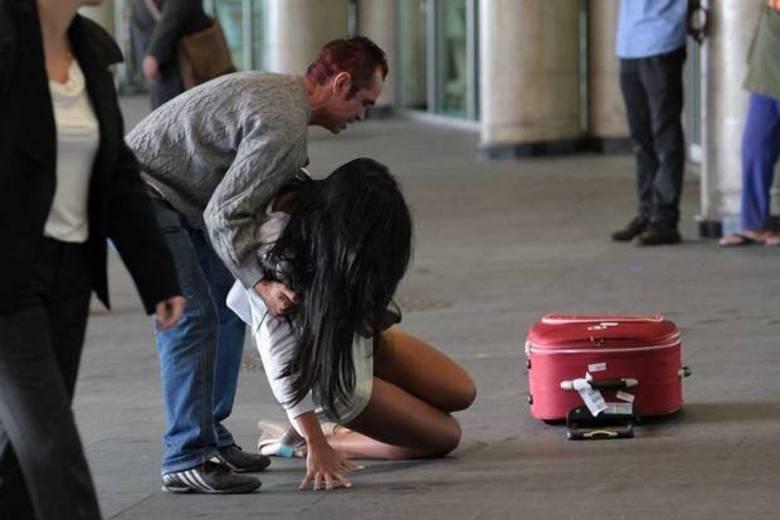 Agora é a vez de se divertir com Lorena Bueri, a Gata do Paulistão 2012. A morena levou um tombaço daqueles no aeroporto de Congonhas, em São Paulo. Ela andava toda bonitona pelo local e com um baita de um saltão quando se desequilibrou e ... ploft! Deu com a cara 'na chón'!