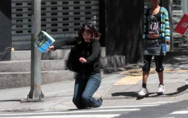 Em 2011, Yasmin Mitri (apontada como affair de Richie Sambora, guitarrista da banda Bon Jovi) andava tranquilamente pelo bairro dos Jardins, em São Paulo. Ela vinha toda feliz quando se espatifou sobre a faixa de pedestres em plena luz do sol