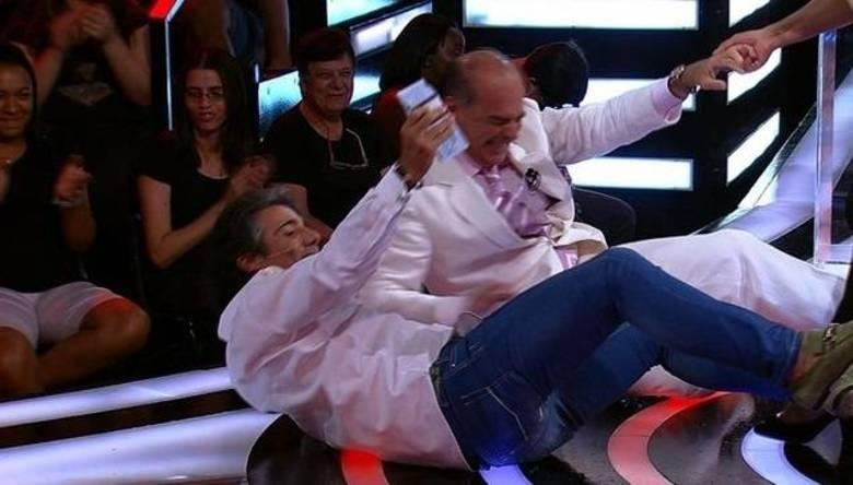 João Kleber e Marcelo de Carvalho caíram no chão em gravação do programa Mega Senha