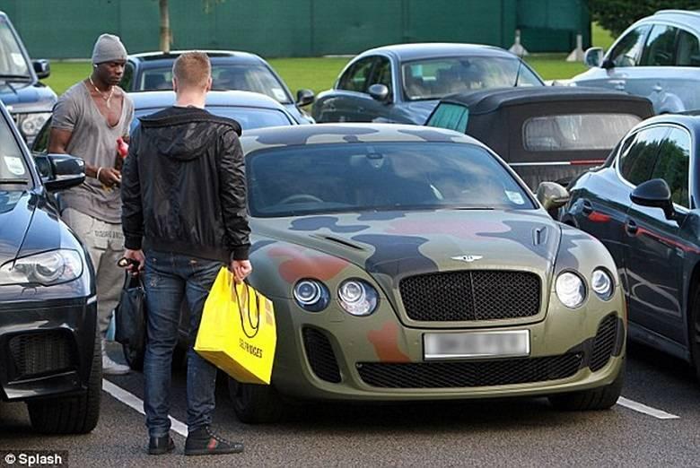 O cara que envelopa um Bentley tem que ganhar medalha. Este é do astro do futebol italiano, Mario BalotelliSaiba tudo sobre carros! Acessewww.r7.com/carros