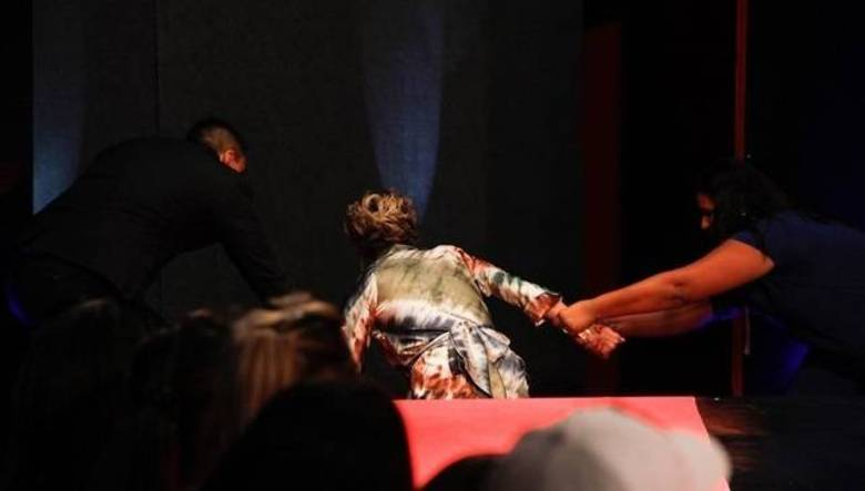 ...ao descer do palco, ela só não se espatifou no chão porque dois seguranças a agarraram pelos braços