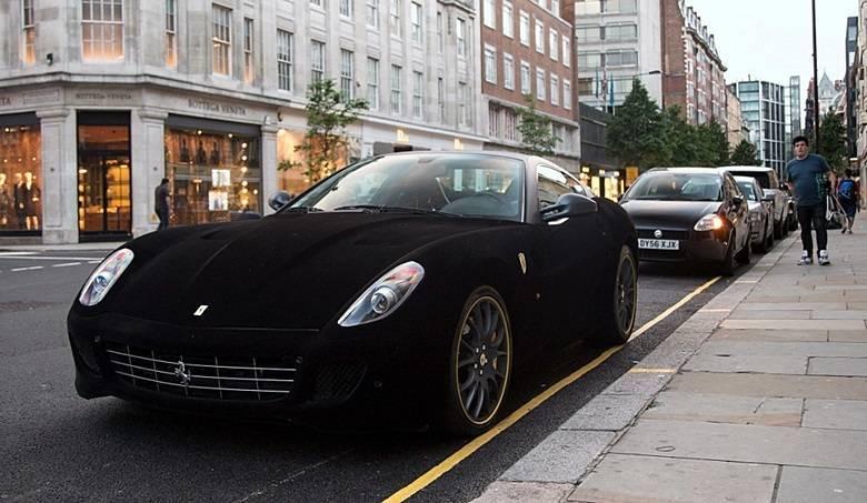 Ferrari 599 GTB Fiorano também coberta em camurça pretaSaiba tudo sobre carros! Acessewww.r7.com/carros