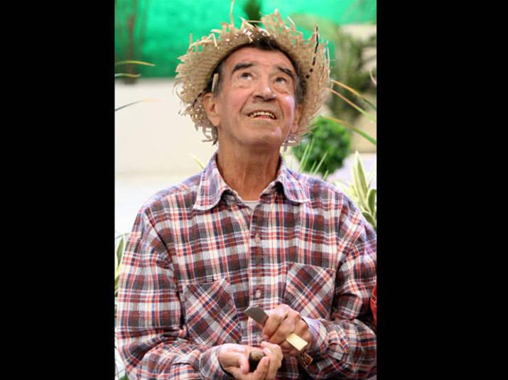 Clayton SilvaO responsável pelo bordão 'tô de olho no sinhô', do personagem caipira do programa A Praça É Nossa, morreu em 2012, depois de lutar três anos contra um câncer, morreu em dezembro de 2012. Ele tinha 74 anos e estava desde 1987 integrando o elenco do programa