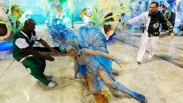 Ana Hickmann escorregou durante o desfile da escola de samba Acadêmicos do Grande Rio, no Rio. O tombo foi no Carnaval de 2011 e virou hit entre os vídeos do You Tube