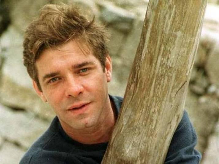 Luís Carlos Tourinho O ator brasileiro morreu os 43 anos por causa de um aneurisma cerebral que ele já havia tratado. Ele participou de várias novelas brasileiras e da série de comédia Sob Nova Direção (2004)
