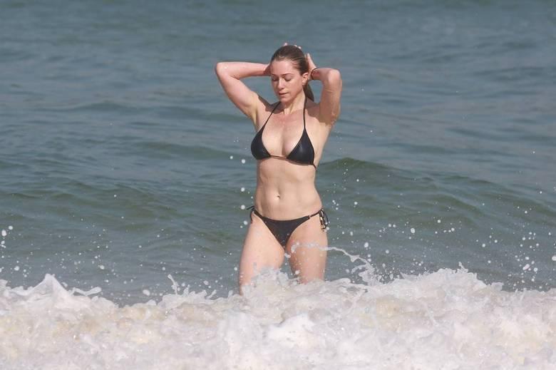 Letícia Spiller aproveita dia de sol para curtir a praia da Barra da Tijuca, no Rio