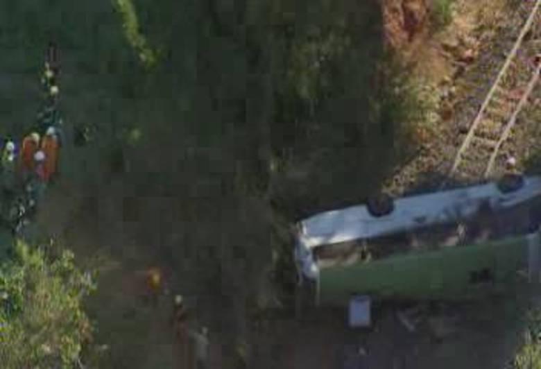 Quinze pessoas ficaram feridas após a queda de um micro-ônibus em uma ribanceira na BR-040, em Valparaíso de Goiás, Entorno do DF, por volta das 16h desta terça-feira (27)