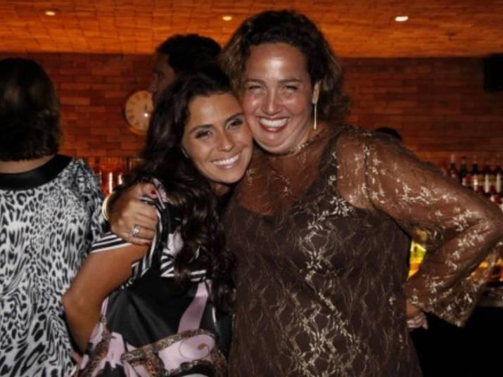 Giovanna Antonelli e Claudia JimenezAs amizade das talentosas atrizes começou no set de filmagem da novela Sete Pecados (2007). A afinidade foi tanta que Cláudia é até madrinha das gêmeas de Antonelli, Sofia e Antônia, de três anos