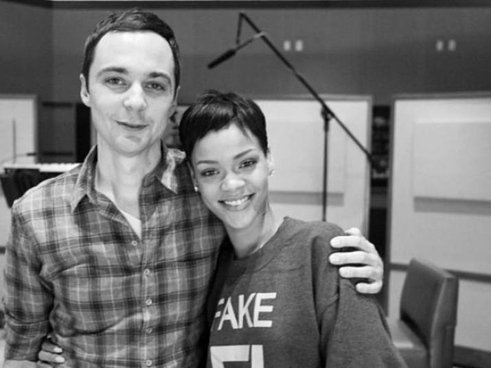 Jim Parsons e RihannaSheldon e Rihanna são amigos. Já imaginou? Eles se conheceram durante um trabalho e não se desgrudaram mais