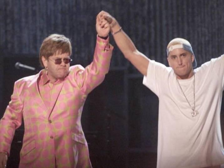 Eminem e Elton JohnComo artistas de estilos musicais tão diferentes conseguem ser amigos? Depois de cantarem juntos no Grammy de 2001, Eminem e Elton continuaram a se falar. O rapper até contou que o amigo o ajudou a ficar sóbrio