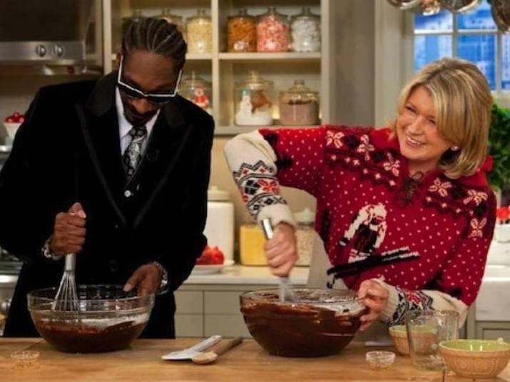 Martha Stewart e Snoop DoggO que a dona de casa número 1 dos EUA e um rapper vida louca têm em comum? Eles adoram cozinhar. Dogg já foi duas vezes ao programa de Martha. Eles podem não ser melhores amigos, mas não é fofo os dois juntos?