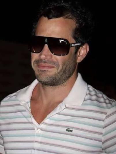 Malvino Salvador realmente acredita que ninguém vai saber que é ele se sair de óculos escuros à noite?