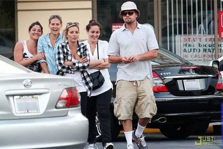 Outro adepto da dupla chapéu e óculos escuros é Leonardo Di Caprio, que vive sendo flagrado assim, superdisfarçado, pelas ruas de Los Angeles