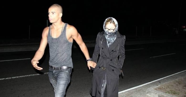 Madonna, quando veio ao Brasil, saiu assim, quase de burca, para dar um passeio à noite na orla carioca. Sobretudo, lenço e óculos foram os itens escolhidos pela pop star, que acabou flagrada do mesmo jeito