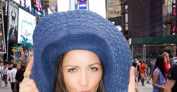 Nana Gouvea anda por Nova York com chapéu gigante e faz caretas