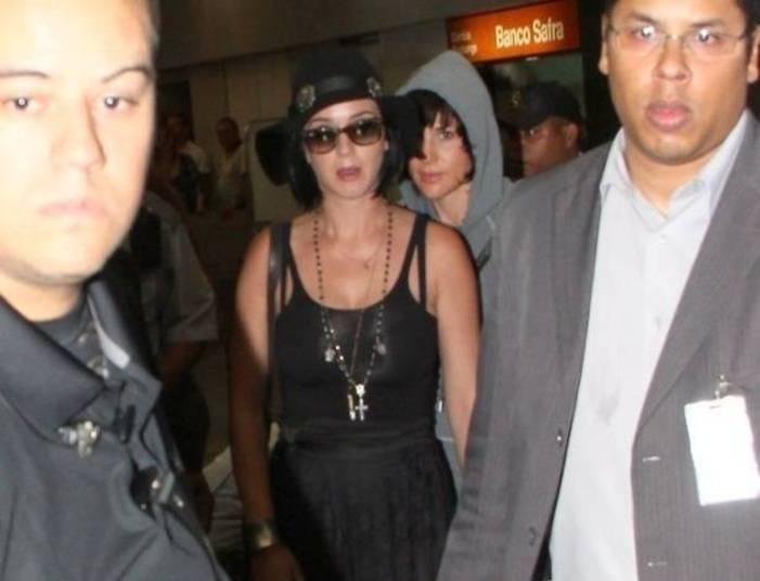 Katy Perry também costuma fazer a linha Marquezine, com chapéu e óculos escuros para passar despercebida