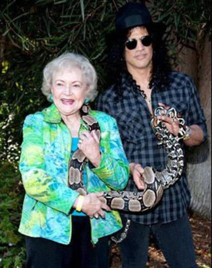 O ex-guitarrista da banda de rock Guns N' Roses, Slash, cria cobras+ Opine: Você teria um animal exótico em casa?