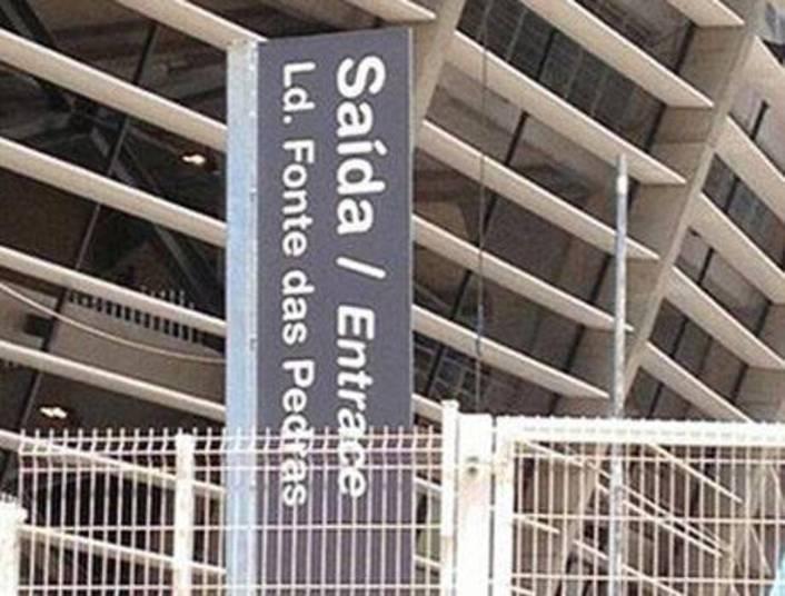 Primeiro erro: a tradução de 'Saída' é 'Exit', só que ficou em português mesmo. Segundo erro: a palavra 'Entrace' não existe, o correto seria 'Entrance', que significa 'Entrada'