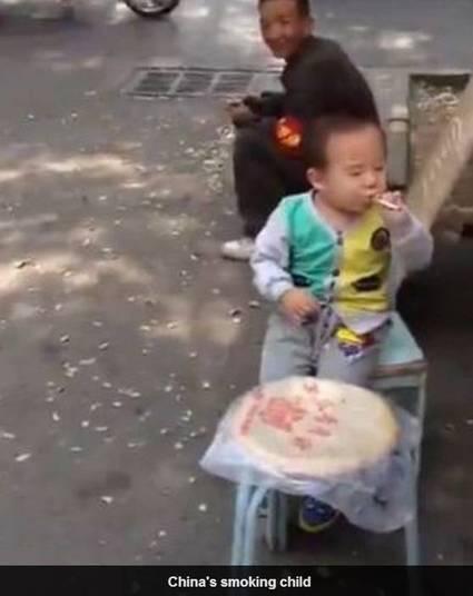 Segundo o Daily Mail, as pessoas passaram pelo menino e davam risada ao vê-lo tragando