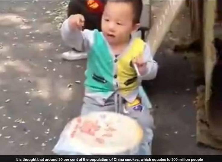 De acordo com a publicação, apesar de vários adultos virem a cena, ninguém tentou tirar o cigarro da mão do menino