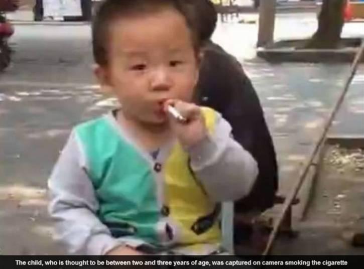 Uma criança de aparentemente de dois anos de idade foi vista fumando em uma rua na China, de acordo com o site Daily Mail desta sexta-feira (6)