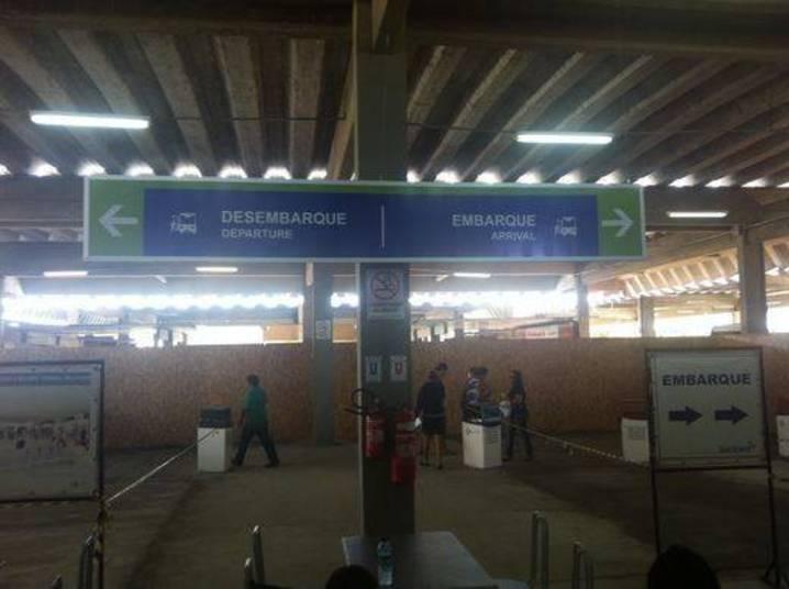 Trocaram as bolas! 'Departure' quer dizer 'embarque' e 'Arrival' significa desembarque. Tá fácil ser gringo no Brasil em época de Copa