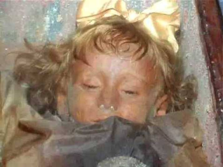 Essa criança acima morreu em 1920, aos 2 anos. Rosalia Lombardi nasceu em Palermo, no sul da Itália, e perdeu a vida por causa de uma pneumonia forte. Mario Lombardo, o pai dela, consternado, pediu para que o corpo fosse embalsamado. E assim o cadáver da garotinha ficou durante décadas nas catacumbas dos Capuchinhos de Parlemo, na ilha italiana da Sicília. Mas um mistério apavora moradores e turistas que visitam o lugar. Rosalia teria aberto os olhos