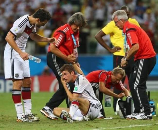 Jogador alemão se choca contra ombro de ganês e deixa ...