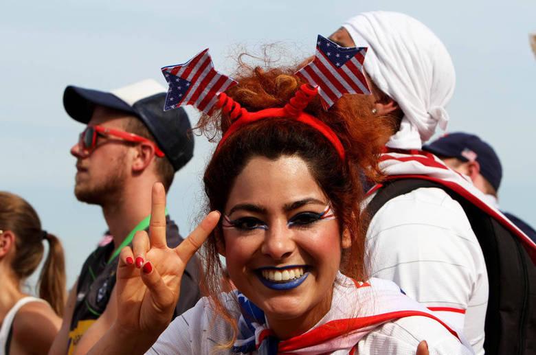 A morena demonstrou o amor pelos EUA com duas bandeirinhas na cabeça