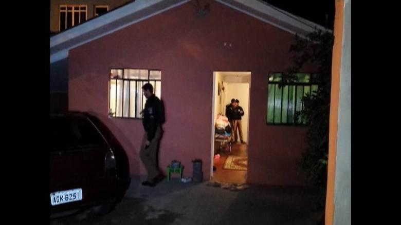 Quatro pessoas foram assassinadas dentro de uma residência no bairro Sítio Cercado, na Vila Osternack, em Curitiba (PR), na madrugada desta segunda-feira (30). Segundo a Polícia Civil, cada um levou um tiro na cabeça