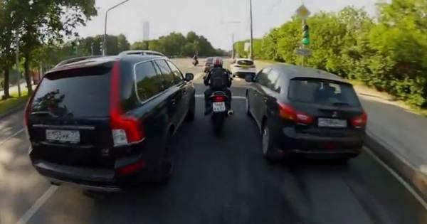 Briga de trânsito? Motoqueiros cercam carro e assustam casal de ...