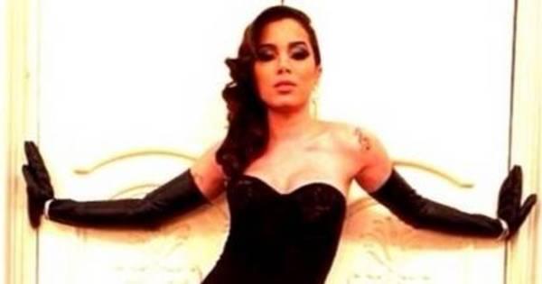 8 ou 80: Anitta usa maiô tomara que caia e também vestidão longo ...