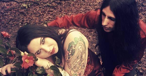 Fim da picada: casal de vampiros da vida real diz que bebe sangue ...