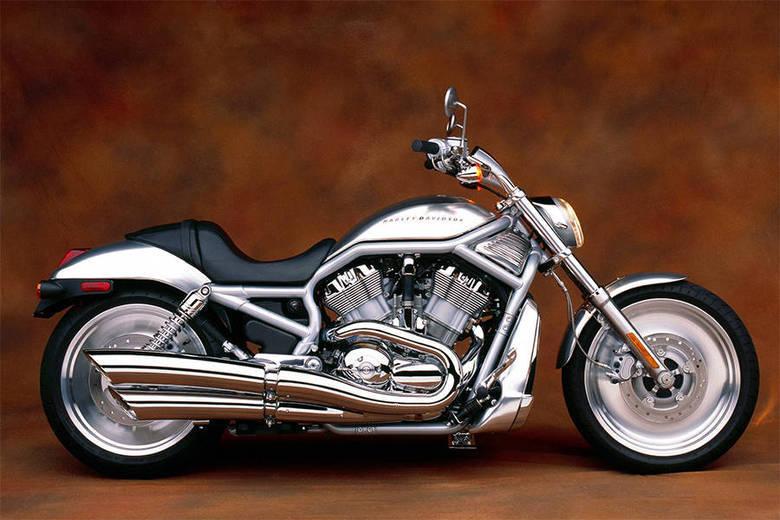 Alemão também gosta de motos. Ele tem um modelo Harley Davidson VROD, avaliado em R$ 50 mil. O ano não foi informado. A foto acima é semelhante à moto dele