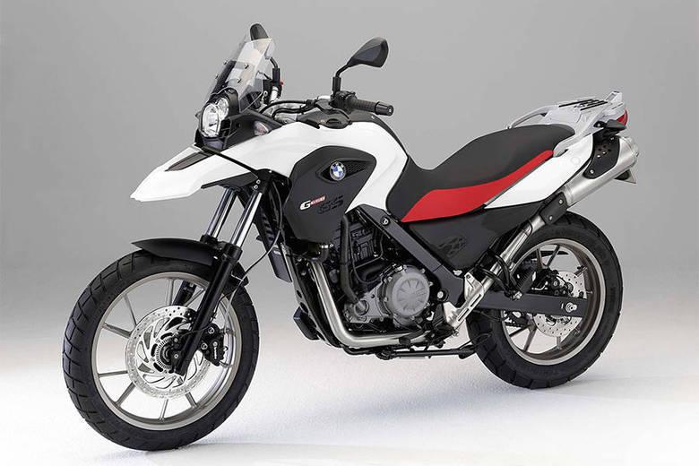 Na garagem, porém, Romário tem uma motocicleta BMW F650 GS, ano 2002, avaliada em R$ 23 mil. A foto acima é uma moto semelhante à de Romário