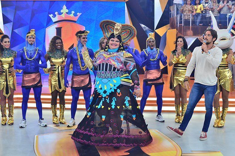 Vários bailarinos caracterizados incrementam o show+Mara Maravilha distribui selinhos no Legendários+ OLegendáriosestá no Twitter. Siga!+ A atração também tem página no Facebook. Curta!