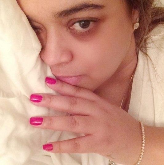 Preta Gil chegou de um show no interior do Rio de Janeiro e confessou que estava cansada. Ela assumiu as olheiras para dizer que estava indo descansar para a apresentação de mais tarde no Circo Voador, também no Rio