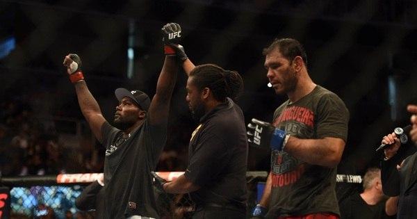 Minotouro ganha fortuna para ser espancado no UFC - Fotos - R7 ...
