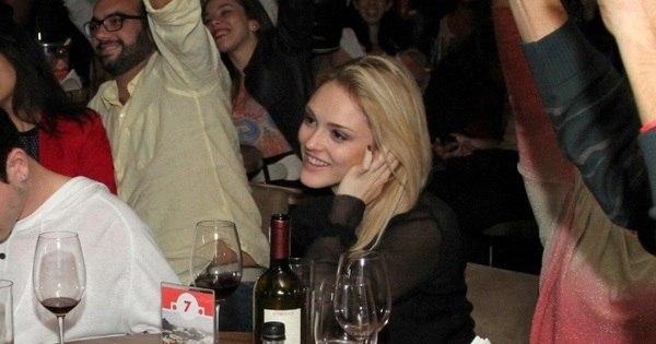 Isabelle Drummond baba em show do cantor e namorado Tiago Iorc ...