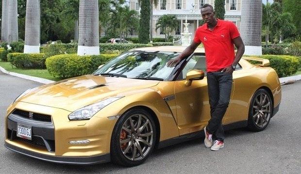 Bolt exibe lado ostentação e posa com coleção de carrões