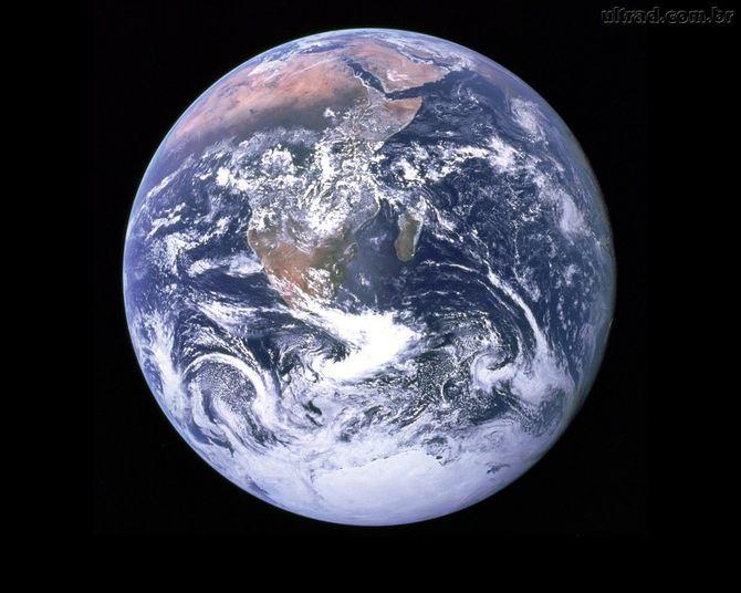 Logo após Vênus chegamos à Terra. O astrofísico brinca dizendo que você poderia sobreviver no planeta por aproximadamente 80 anos, já que é possível respirar