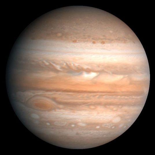 Júpiter não possui uma superfície para que você possa pousar uma nave, por exemplo. Se você fosse para o maior planeta do sistema solar, estaria preso para sempre em um tornado de gases e pedras e morreria pela diferença de pressão. A expectativa de vida humana em Júpiter é de menos de 1 segundo