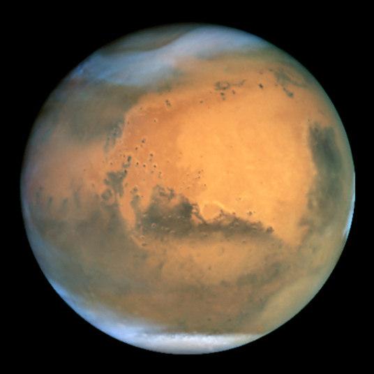 Marte é um planeta bastante frio, mas como a atmosfera é mais fina que a da Terra a baixa temperatura não é sentida de maneira tão forte igual ao nosso planeta. Portanto, se você andasse com uma roupa bem quente e segurasse a respiração, poderia sobreviver em Marte por mais ou menos 2 minutos