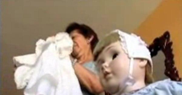 Boneca sinistra se mexe sozinha em frente à casa de criança que ...