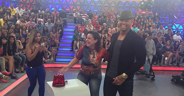 Só alegria! Leo Santana se diverte com fãs em bastidores de ...